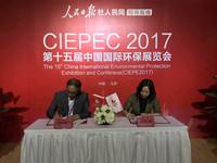 人民网副总裁宋丽云(右一)与中国环境保护产业协会会长樊元生(左一)签署战略合作协议。摄影/初梓瑞