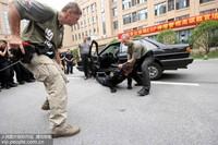 """6月21日,两名国际军警教官教授南京一线民警""""ESP伸缩警棍""""武力使用应用技术。"""