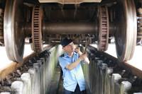 6月23日,重庆北运用车间检车班职工对列车走行部进行检修。