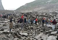 6月24日,武警四川总队阿坝支队官兵和当地救援力量正在展开救援。