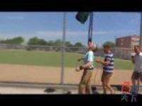 神技能:男子下巴顶割草机走71米 刷新世界纪录