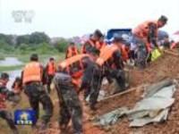江西乐平:火箭军某部紧急驰援构筑临时堤坝