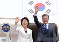 韩国总统文在寅28日下午乘专机从首尔启程前往美国,展开为期5天的访美行程,第一夫人金正淑同行。