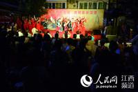 南昌惠民门休闲广场上霓虹灯闪烁,乐声阵阵,居民们看演出纳凉。