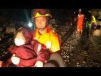 四川九寨沟发生7.0级地震:消防员现场紧急救援