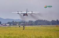 9时24分,西部战区空军航空兵某团杨宝平机组驾驶飞机紧急起飞,直飞九寨沟地震灾区航拍灾情。 黄军摄