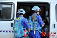 蓝天救援队队员正在整理装备