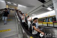 南昌地铁2号线(首通段)试运营,市民通过扶梯进入站台。