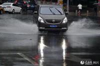 暴雨导致城区部分低洼道路出现积水。(人民网记者 翁奇羽 摄)