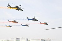 """陆军""""风雷""""飞行表演队武装直升机机群在开幕式上进行超低空大速度通场"""
