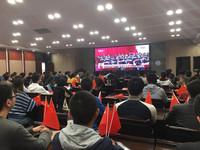 重庆大学师生分别在四十余个观看点收看十九大开幕会直播。