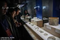10月19日,游客在河南省平顶山市宝丰汝窑博物馆参观。