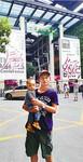 一个多月前,带着妻儿到中国美院报到时,在美院门口留影。