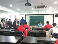 外国记者在参观养老机构开设的古琴课