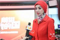 10月21日下午,迪拜中阿卫视记者、主持人馨玥接受记者采访。