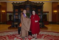 全国政协港澳台侨委员会副主任陈丽华与日本则竹秀南长老合影