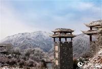 截至上午11时许,武汉北郊的黄陂清凉寨地面积雪3毫米,当地气温零下1摄氏度,是今年武汉的第一场雪。