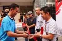 吉阳区委常委、宣传部部长孙令辉为大众组一等奖获得者颁奖。