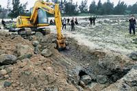 执法工作人员使用挖掘机拆除非法取排水管道