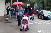 海口市民、游客换上冬装