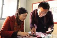 第一位选房人郑堂辉先生(右)正在办理商业用房选房手续