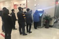 海口农商银行省府支行2台个人征信查询打印机前络绎不绝的客户