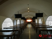 按延安窑洞场景设计的窑洞学堂。