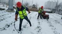 泰州移动工作人员确保油机、备用蓄电池、油料等物资到位,积极应对冰冻天气。