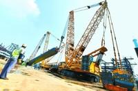 华北石化千万吨项目新建220万吨/年柴油加氢装置反应器吊装的场景。中国石油华北石化公司供图