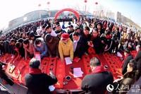 徐州百余书法家为群众送春联