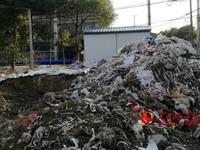 现场挖出的家纺垃圾。