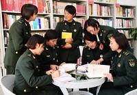 第75集团军某特战旅指挥通信连大学生女兵学习交流讨论党的十九大精神。彭希摄影