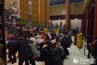 法师带领数百市民大雄宝殿诵经求福
