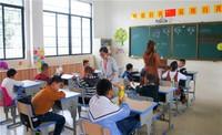 陵水特殊教育学校课堂上的老师与孩子们