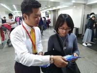 飞航地服工作人员为旅客介绍服务流程