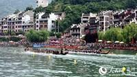 往届传统龙舟赛两队竞技(吴贤和  摄)