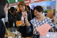 哈萨克斯坦消费者对中国商品赞不绝口(人民网记者周翰博摄)