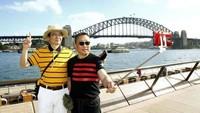 在悉尼歌剧院前留影的中国旅客。(图片来源澳大利亚《每日电讯报》)