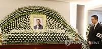 LG集团会长具本茂20日因病去世,终年73岁。图为具本茂灵堂现场,右为具本茂长子具光谟。(图片来源:韩联社)