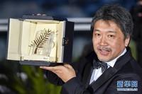 5月19日,在法国南部小城戛纳,日本导演是枝裕和手捧金棕榈奖奖杯。