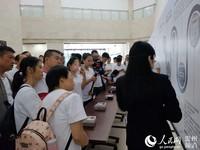 """参与活动的市民和嘉宾观""""电表发展史""""。"""
