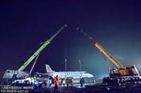 5月21日,扬州泰州国际机场,滑出跑道的训练公务机被成功起吊。