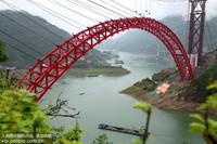 这是5月22日在湖北省秭归县拍摄的香溪长江公路大桥主拱合龙现场。王罡/人民图片