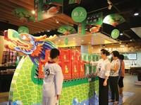 消费者在儋州乐卖特超市内挑选可口的儋州粽子
