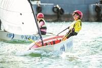 青岛市北区立新小学学生参加2017年中国杯青少年帆船OP项目比赛。孙军/摄