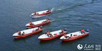 武警三亚支队组织冲锋舟操作手集训,武警官兵正在陌生海域有序行进。周奕摄