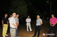林一民一行在卜禄村检查照明情况