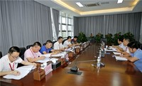 麦正华在黎安镇政府召开座谈会