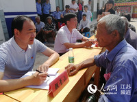 海门市社科联主席顾青山现场接访村民。