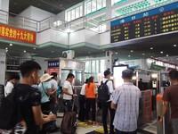 旅客正有序排队进站上车